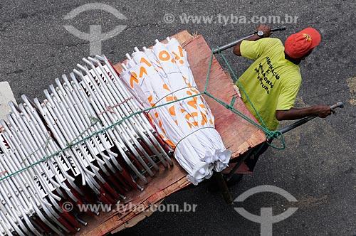 Assunto: Burro-sem-rabo transportando cadeiras de praia e guarda-sóis no verão carioca  / Local:   Copacabana - Rio de Janeiro - RJ - Brasil  / Data: 01/2009