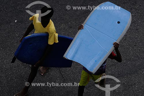 Assunto: Crianças carregando pranchas de bodyboarding no verão carioca  / Local:  Arpoador - Rio de Janeiro - RJ - Brasil  / Data: 01/2009