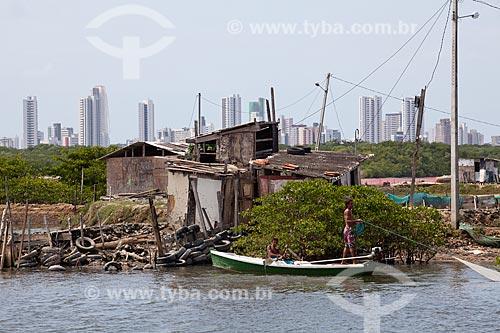 Assunto: Casas na favela Ilha de Deus com prédios da Praia de Boa Viagem  / Local:  Recife - Pernambuco  / Data: 14/10/2010