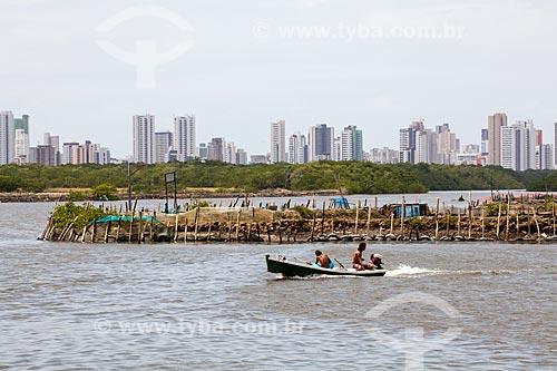 Assunto: Barco na Ilha de Deus com prédios da Praia de Boa Viagem ao fundo   / Local:  Recife - Pernambuco  / Data: 14/10/2010