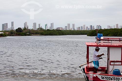 Assunto: Barco de pescador no Rio Capibaribe  com prédios da Praia de Boa Viagem ao fundo  / Local:  Ilha de Deus - Recife - Pernambuco  / Data: 14/10/2010