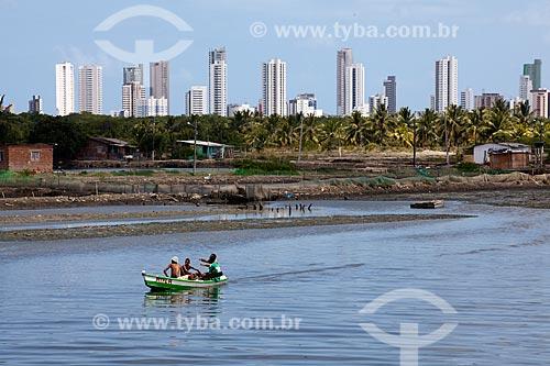 Assunto: Barco no Rio Capibaribe com  Ilha de Deus  e prédios da Praia de Boa Viagem ao fundo  / Local:  Recife - Pernambuco  / Data: 14/10/2010