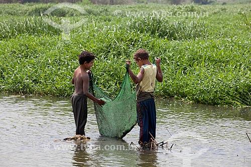 Assunto: Crianças pescando na várzea do Rio Tietê- Vila Laurita  / Local:  São Paulo - Brasil  / Data: 10/2010