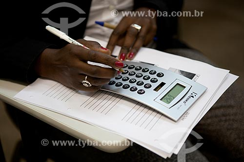 Assunto: Detalhe de mão feminina e calculadora  / Local:  Data: 10 / Data: 10/2010