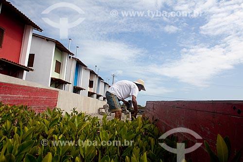 Assunto:  Ambientalistas descarregando caminhão com mudas para replantio do bioma manguezal na Ilha de Deus  / Local:  Recife - Pernambuco  / Data: 15/10/2010