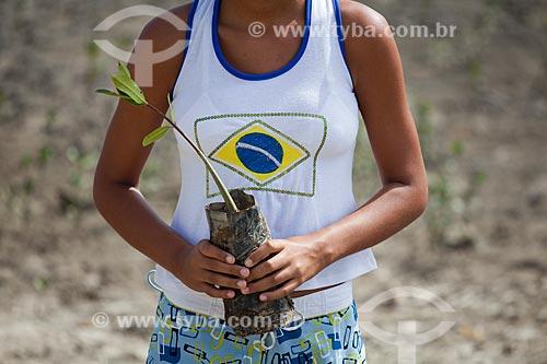 Assunto:  Moradoras colaborando no plantio de mudas do bioma Manguezal  - Ilha de Deus  / Local:  Recife - Pernambuco  / Data: 15/10/2010