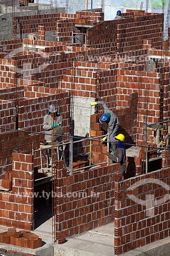 Assunto: Construção Civil - Operários construindo novo conjunto habitacional na Ilha de Deus   / Local:  Recife - Pernambuco  / Data: 15/10/2010