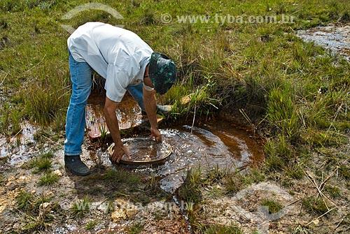 Assunto: Garimpeiro lavando o casacalho em um pouco de água  / Local:  Cercanias de Diamantina - Minas Gerais - MG  / Data: 12/ 2009