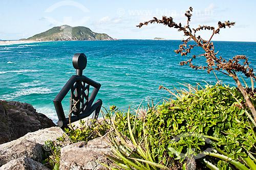 Assunto: Escultura metálica que representa uma família de antigos habitantes no costão que separa a Praia do Santinho da Praia do Moçambique / Local: Florianópolis - Santa Catarina (SC) - Brasil / Data: 14/11/2010