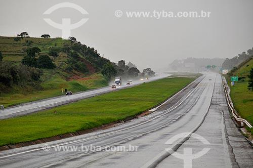 Assunto: Vista da Rodovia SP-280 (Rodovia Castelo Branco) com a pista molhada por chuva na região de Bofete  / Local:  Bofete - São Paulo - SP - Brasil  / Data: 02/2009
