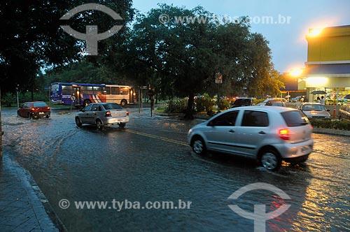 Assunto: Correnteza em rua do Alto de Pinheiros em dia de chuva de verão  / Local:  São Paulo - SP  / Data: 07/02/2009
