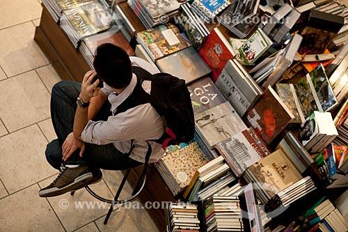 Assunto: Livraria da Travessa do Centro - Homem falando no celular  / Local:  Av. Rio Branco 44, Centro, Rio de Janeiro  / Data: 08/2010