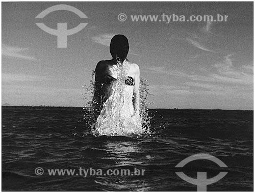 Assunto: Mulher saindo da água  / Local:  Lagoa de Araruama - Rio de Janeiro - RJ - Brasil  / Data: Anos 80