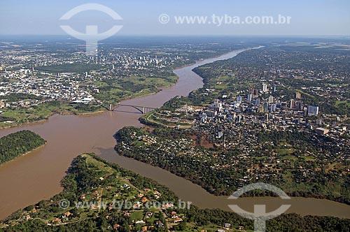 Assunto: Vista aérea da cidade de Ciudad del Este (direita) Rio Parana centro e Foz de Iguaçu ao fundo - Ponte da Amizade  / Local:  Foz do Iguaçu - Paraná - PR e Ciudad del Este - Paraguai  / Data: 11/2009
