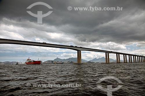 Assunto: Polargas - Navio da empresa GAC do Brasil passando pela Ponte Rio - Niterói  / Local:  Rio de Janeiro - RJ - Brasil  / Data: 10/2010