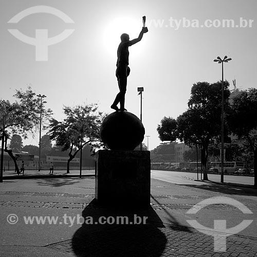 Assunto: Estátua do Bellini entrada principal do Estádio Jornalista Mário Filho - também conhecido como Maracanã / Local: Maracanã - Rio de Janeiro (RJ) - Brasil / Data: 06/2010