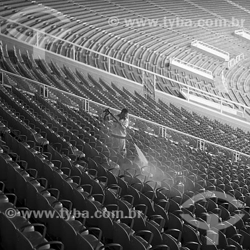 Assunto: Funcionário limpando as cadeiras azuis do Estádio Jornalista Mário Filho - Maracanã  / Local:  Rio de Janeiro - RJ - Brazil  / Data: 09/06/2010