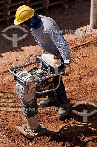Assunto: Construção Civil - Operários fazendo terraplanagem  / Local:   Marabá - Pará  - Brasil  / Data: 10/2010
