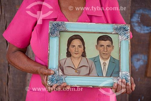 Assunto: Moradora segurando o próprio retrato pintado com seu marido em área de invasão no Morro do Chapéu, comunidade sob estudo da Vale e prefeitura para reassentamento  / Local:  Parauapebas - Pará  - Brasil  / Data: 10/2010