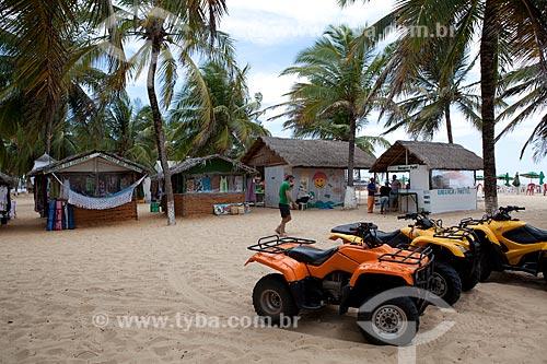 Assunto: Choupanas para pequeno comércio e moto para turismo à beira mar na Praia do Gunga  / Local:  litoral sul de Maceió - Alagoas  / Data: 2011