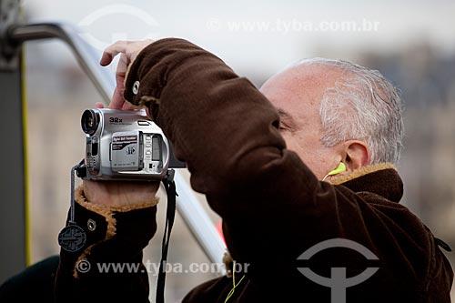 Assunto: Turista gravando vídeo em passeio turístico  / Local:  Paris - França  / Data: 11/2010