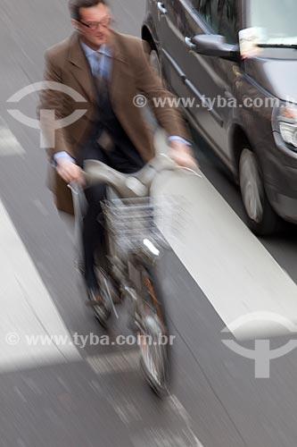 Assunto: Bicicleta elétrica em rua de Paris  / Local:  Paris - França  / Data: 11/2010