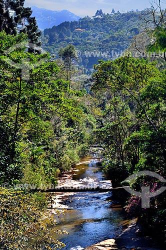 Assunto: Riacho na Estrada Teresópolis-Itaipava - BR495, ao fundo Mata Atlântica - Região Serrana Fluminense  / Local:  Teresópolis - RJ - Brasil  / Data: 08/2010