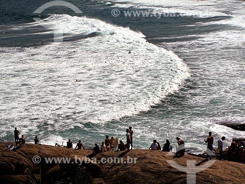 Assunto: Pessoas olhando o mar na Pedra do Arpoador, de ressaca com surfistas na água  / Local:  Rio de Janeiro - RJ - Brasil  / Data: 11/2009