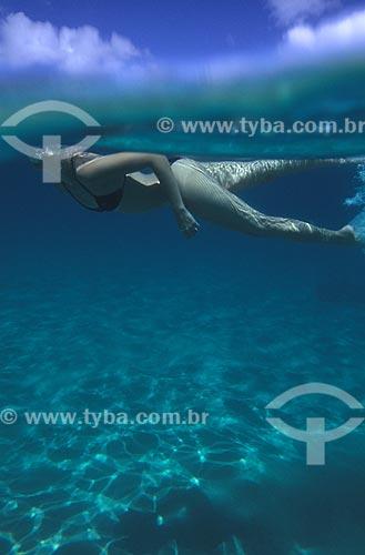 Assunto: Mulher mergulhando na Baía do Sancho  / Local:  Fernando de Noronha - Pernambuco - PE - Brasil  / Data: