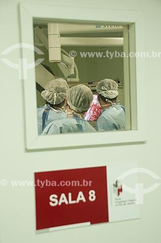 Assunto: Hospital Federal de Ipanema - Centro cirúrgico. Vista externa de sala de cirurgia em procedimento de  prostatectomia radical por vídeo / Local: Hospital Federal de Ipanema - Rio de Janeiro - RJ / Data: 10/2010