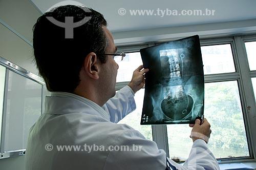 Assunto: Hospital Federal de Ipanema - Setor de urologia, medico examina raio-x no consultório de atendimento à saúde do homem / Local: Hospital Federal de Ipanema - Rio de Janeiro - RJ / Data: 10/2010