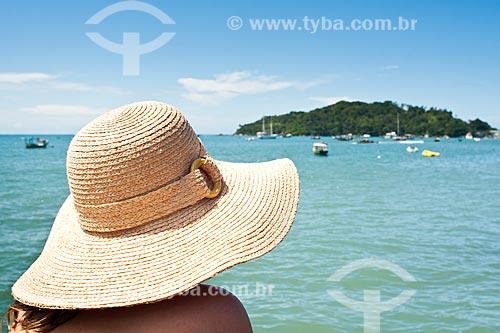 Assunto: Mulher usando chapéu na Praia do Embrulho / Local: Bombinhas - Santa Catarina (SC) - Brasil / Data: 05/01/2011