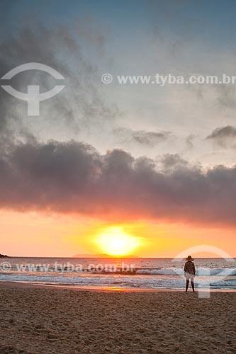 Assunto: Mulher olhando o nascer do sol na Praia de Quatro Ilhas / Local: Bombinhas - Santa Catarina (SC) - Brasil / Data: 10/01/2011