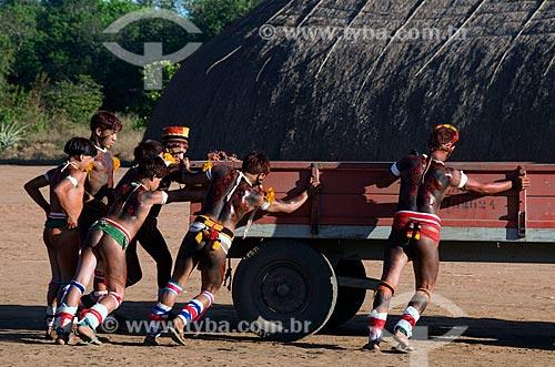 Assunto: Índios manobrando trator na Adeia Kalapalo - Parque Indígena do Xingu  / Local:  Querência - Mato Grosso - MT  / Data: 07/2009