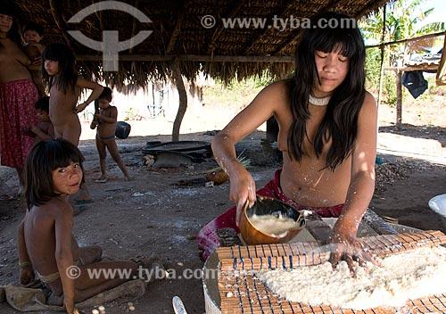 Assunto: Mulheres preparando o beiju em Adeia Kalapalo - Parque Indígena do Xingu  / Local:  Querência - Mato Grosso - MT  / Data: 07/2009