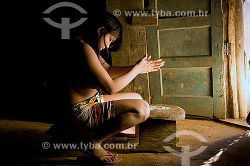 Assunto: Mulher fazendo artesanato com cochas de caramujo - Adeia Kalapalo - Parque Indígena do Xingu  / Local:  Querência - Mato Grosso - MT  / Data: 07/2009