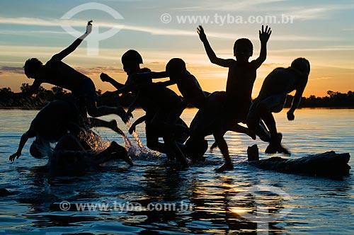 Assunto: Crianças da Adeia Kalapalo brincando em lago - Parque Indígena do Xingu  / Local:  Querência - Mato Grosso - MT  / Data: 07/2009