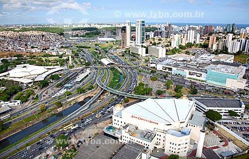 Assunto: Viaduto Raul Seixas com Shopping Iguatemi ao fundo  / Local:  Salvador - Bahia - BA  / Data: 01/2011