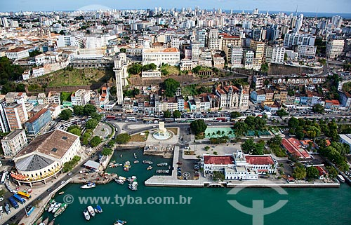 Assunto: Vista aérea da cidade baixa e cidade alta, Forte de São Marcelo, Elevador Lacerda, Mercado Modelo e Baía de Todos os Santos  / Local:  Salvador - Bahia - BA  / Data: 01/2011