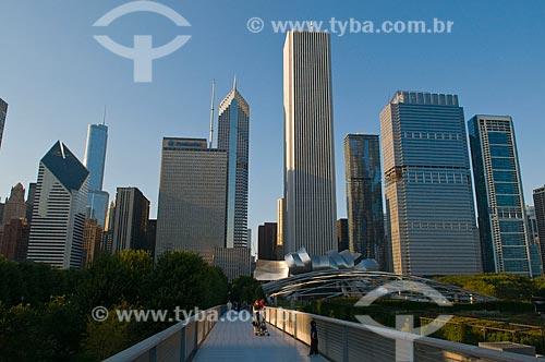 Assunto: Jay Pritzker Pavilion e passarela no Millennium Park da cidade de Chicago  / Local:  Chicago - Illinois - Estados Unidos da América - EUA  / Data: 09/2009