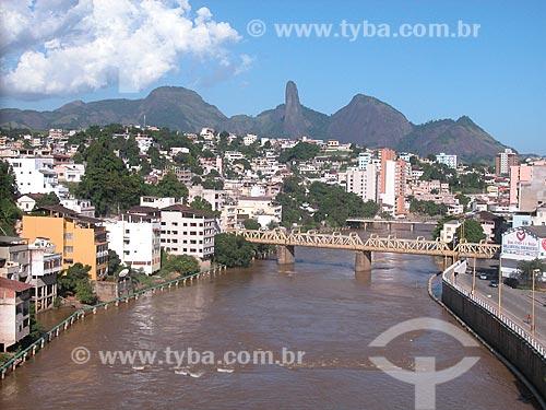 Assunto: Vista geral da cidade de Cachoeiro de Itapemirim, com o rio Itapemirim cruzando a cidade e o Pico do Itabira ao fundo  / Local:  Espírito Santo - ES - Brasil  / Data: 2007