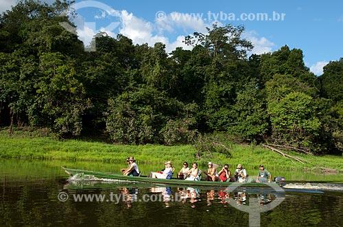 Assunto: Grupo de turistas passeando de canoa no lago Mamirauá - Reserva de Desenvolvimento Sustentável Mamirauá  / Local:  Amazonas - AM - Brasil  / Data: 2007