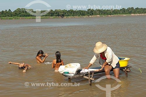 Assunto: Mulher ribeirinha lavando roupa na beira do rio Japurá  / Local:  Praia do Tapiira - Rio Japurá - Reserva de Desenvolvimento Sustentável Amanã - Amazonas - AM - Brasil  / Data: 2007