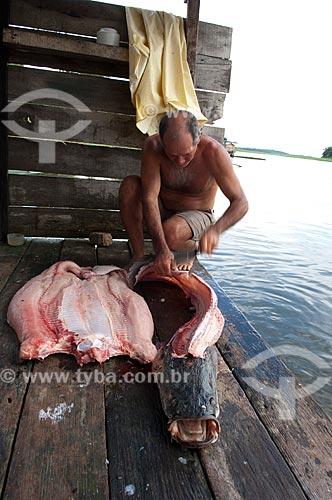 Assunto: Ribeirinho limpando pirarucu na comunidade Boca do Mamirauá  / Local:  Reserva de Desenvolvimento Sustentável Mamirauá - Amazonas - AM - Brasil  / Data: 2007