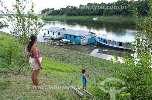 Assunto: Mulher e criança no barranco da comunidade Boca do Mamirauá  / Local:  Reserva de Desenvolvimento Sustentável Mamirauá - Amazonas - AM - Brasil  / Data: 2007