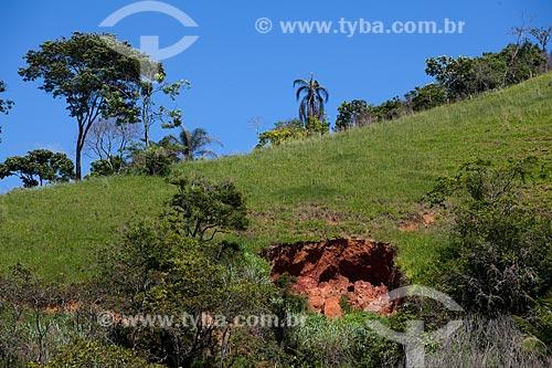 Assunto: Vossoroca ou voçoroca - Erosão da terra  / Local:  Próximo à Vassouras - Vale do Paraíba - Rio de Janeiro - RJ  / Data: 02/2011
