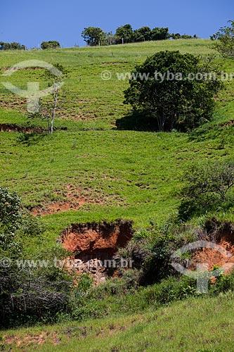 Assunto: Erosão da terra mostrando as camadas geológicas: grama, terra e rocha  / Local:  Próximo à Vassouras - Vale do Paraíba - Rio de Janeiro - RJ  / Data: 02/2011