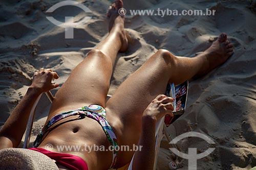 Assunto: Mulher tomando banho de sol na Praia do Arpoador  / Local:  Ipanema - Rio de Janeiro - RJ  / Data: 02/2011