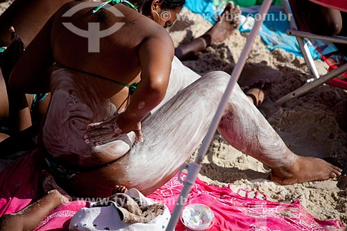 Assunto: Mulher passando protetor solar na Praia do Arpoador  / Local:  Rio de Janeiro - RJ  / Data: 02/2011