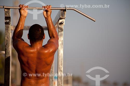 Homem praticando exercício físico na praia  - Rio de Janeiro - Rio de Janeiro - Brasil